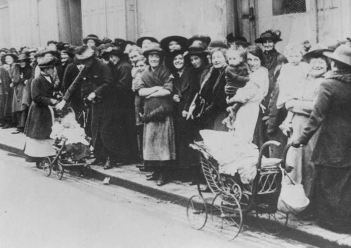Image WWI bread queue