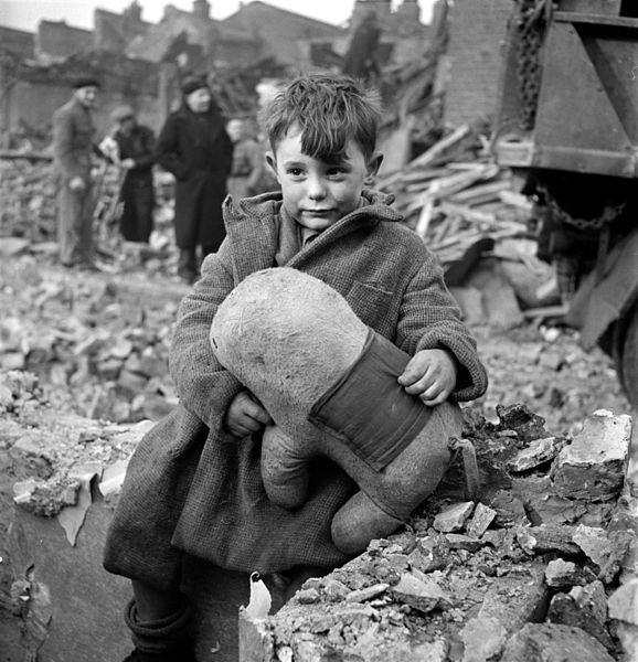 578px-Toni_Frissell,_Abandoned_boy,_London,_1945